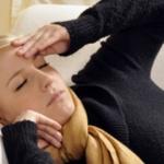 Junge Frau krank auf Sofa