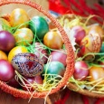 În tradiţie creştină, ouăle roşii simbolizează sângele vărsat de Isus şi miracolul renaşterii. Oul devine astfel, element central al sărbătorii pascale. Ouăle se ciocnesc la masa de Pasti respectându-se un […]