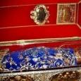 Vesmantul in care sunt imbracate Moastele Sfintei Parascheva de la Iasi este schimbat de cinci ori pe an, nu pentru ca sfanta ar avea nevoie de acest lucru, ci pentru […]