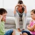 """""""Băiatul meu de doi ani o tot loveşte pe surioara lui nou-născută, mă anunţă o mamă cu trei copii. Ce pot să fac să îl opresc? Nu-mi vine […]"""
